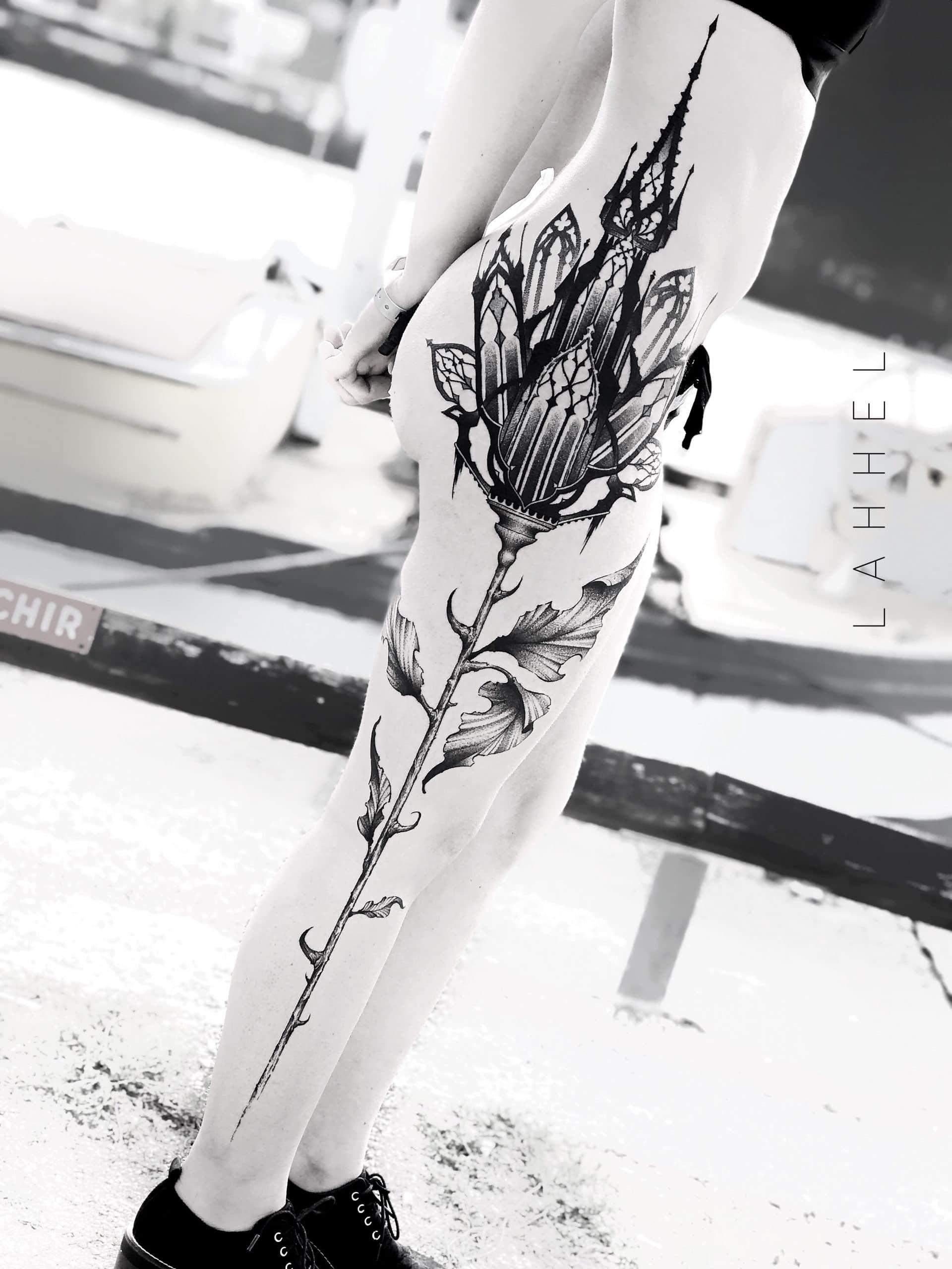 Tatouage D'une fleur cathédrale, sur le côté de la cuisse
